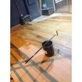 aplicação de verniz em piso de madeira